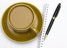 Caneca e bandeja cerâmicas de café Foto de Stock