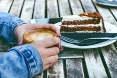 Caneca e bolo de café em uma tabela de madeira do vintage Conceito do moderno Bebida da mulher um café Copos do americano e do ma Foto de Stock Royalty Free