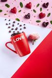 Caneca, feijões de café, rosa cor-de-rosa e corações dados forma, vista superior dos doces de chocolates Cartão romântico do dia  imagem de stock