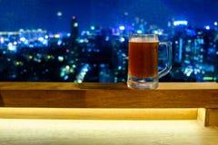 Caneca fria de cerveja no telhado da construção Fotografia de Stock Royalty Free