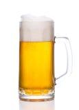 Caneca gelado de cerveja clara no branco Imagens de Stock