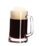 Caneca grande alta de cerveja marrom com espuma. Fotos de Stock Royalty Free
