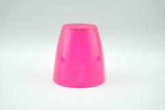 Caneca plástica cor-de-rosa no fundo branco Imagens de Stock Royalty Free