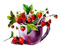 Caneca roxa com as morangos vermelhas maduras Fotografia de Stock