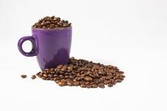 Caneca roxa com feijões de café 01 Fotografia de Stock