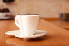 Caneca vazia do copo de café do chá em pires Forma do coração fotografia de stock