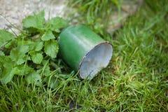 A caneca velha do verde do vintage encontra-se na grama imagem de stock