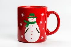 Caneca vermelha do chá do Natal com o boneco de neve no branco Imagens de Stock