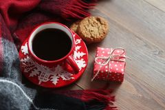 Caneca vermelha do Natal com café e cookies na tabela de madeira Foto de Stock Royalty Free