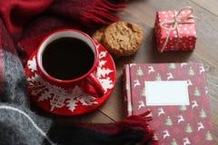 Caneca vermelha do Natal com café e cookies na tabela de madeira Imagem de Stock Royalty Free
