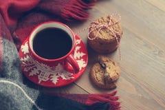 Caneca vermelha do Natal com café e cookies na tabela de madeira Fotos de Stock