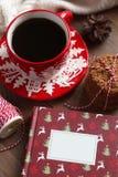 Caneca vermelha do Natal com café e cookies na tabela de madeira Imagens de Stock