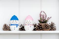 Canecas coloridas da porcelana com tampas do silicone fotografia de stock royalty free