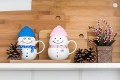 Canecas coloridas da porcelana com tampas do silicone foto de stock