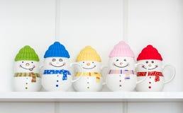 Canecas coloridas da porcelana com tampas do silicone imagens de stock