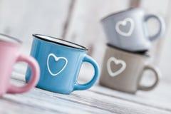 Canecas de café bonitos coloridas com corações Foto de Stock