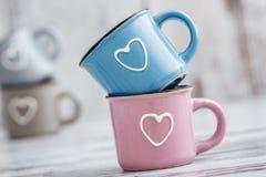 Canecas de café bonitos coloridas com corações Fotos de Stock Royalty Free
