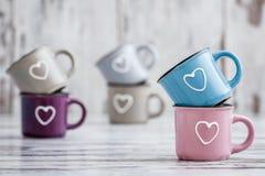 Canecas de café bonitos coloridas com corações Imagens de Stock Royalty Free