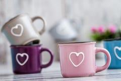 Canecas de café bonitos coloridas com corações Fotos de Stock