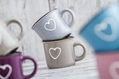 Canecas de café bonitos coloridas com corações Foto de Stock Royalty Free