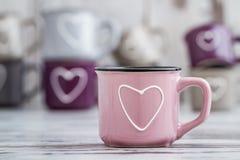Canecas de café bonitos coloridas com corações Fotografia de Stock