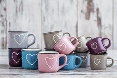Canecas de café bonitos coloridas com corações Imagem de Stock Royalty Free