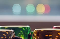 Canecas de café coloridas e sazonais com reflexão da janela Fotos de Stock