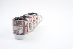 Canecas de café com feijões Fotos de Stock Royalty Free
