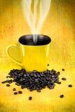 Canecas de café e feijões de café amarelos Foto de Stock Royalty Free