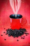Canecas de café e feijões de café vermelhos Foto de Stock