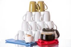 Canecas de café empilhadas, café fresco e cappuccino Fotografia de Stock