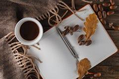 Canecas de café no fundo do outono Fotografia de Stock Royalty Free