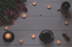 Canecas de café, velas, moedores de café e tulipas ao dia internacional do ` s das mulheres Fotografia de Stock