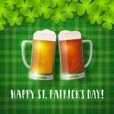 Canecas de cerveja do ` s de St Patrick em um fundo quadriculado do trevo Foto de Stock Royalty Free