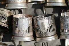 Canecas de prata que penduram de uma parede Imagens de Stock Royalty Free