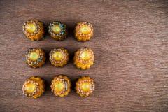 Canelé de los pasteles franceses foto de archivo