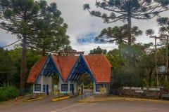 CANELA BRASILIEN - MAJ 06, 2016: trevlig ingång till parkera av staden, de röda taktegelplattorna och de vita wood väggarna Royaltyfria Foton