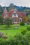 CANELA BRAZYLIA, MAJ, - 06, 2016: ładny duży dom z dużym ogródem w wejściu i mnóstwo drzewach jako backgroud Fotografia Stock