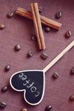 Canela com placa do coração Imagem de Stock Royalty Free