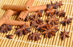 Canela con el fondo de bambú de los placemats Fotos de archivo