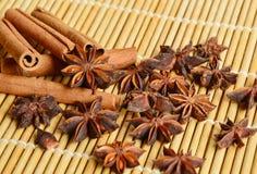Canela con el fondo de bambú de los placemats Fotografía de archivo