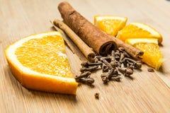 Canela con la naranja y los clavos cortados Foto de archivo libre de regalías