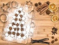 A canela da cookie do Natal stars e especiarias no fundo de madeira fotos de stock