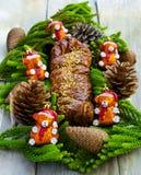 Canela de la Navidad y torta de la nuez adornada Fotos de archivo