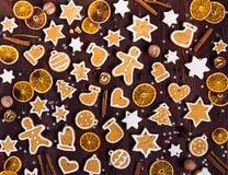Canela de las naranjas del Año Nuevo de la Navidad de las galletas del pan de jengibre en la tabla de madera Fotos de archivo libres de regalías