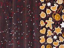 Canela de las naranjas del Año Nuevo de la Navidad de las galletas del pan de jengibre en la tabla de madera Imagenes de archivo