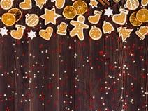 Canela de las naranjas del Año Nuevo de la Navidad de las galletas del pan de jengibre en la tabla de madera Imágenes de archivo libres de regalías