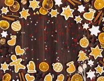 Canela de las naranjas del Año Nuevo de la Navidad de las galletas del pan de jengibre en la tabla de madera con el copyspace Fotos de archivo
