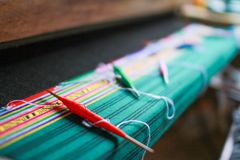 Canela de tecelagem de madeira para a seda caseiro que tece a tela tailandesa tradicional, Chiang Mai, Tailândia foto de stock