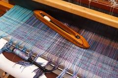 Canela de tecelagem na urdidura azul na máquina de tecelagem Fotos de Stock